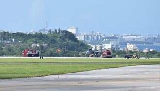 運用を再開した北側滑走路に緊急着陸した航空自衛隊那覇基地所属のF15戦闘機=29日午前10時11分、嘉手納基地