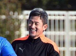 リラックスした表情で調整する横浜FCの三浦知良(右)=タピック県総ひやごんスタジアム(古謝克公撮影)