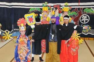 子孫繁栄を祈願して踊りを楽しむ「福禄寿座踊」で、口上を述べる大見謝正勝さん(中央)=27日、多良間村仲筋の土原御願