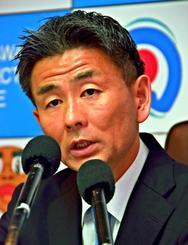 「県民の安全安心のために頑張りたい」と語る筒井洋樹本部長=16日、県警本部