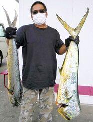 残波岬で112.3センチ、8.54キロのマンビカーを釣った佐渡山和也さん=9月28日