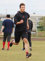 自主トレーニングでランニングをするソフトバンク・千賀=沖縄県宮古島市(球団提供)
