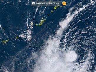 沖縄南方海域と台風14号(10日9時50分現在、ひまわり8号リアルタイムWebから)
