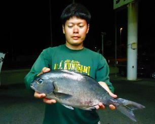 辺戸岬の地磯で47.5センチ、1.16キロの尾長グレを釣った平良魁斗さん=9月21日