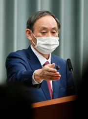 記者会見する菅官房長官=10日午前、首相官邸