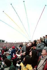 1998年長野冬季五輪の開会式で、上空を飛行するブルーインパルスを見上げる観客