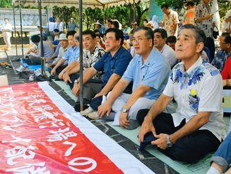 オスプレイの普天間配備に反対し、座り込みを行う宜野湾市長時代の安里猛さん(右)。この1カ月後に心筋梗塞で倒れた=2011年6月、宜野湾市役所前