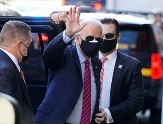 23日、米デラウェア州ウィルミントンで報道陣に手を振るバイデン次期大統領(ロイター=共同)