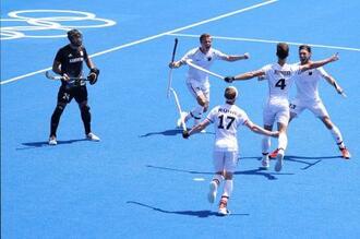 ホッケー男子準々決勝、アルゼンチン戦でゴールに沸くドイツの選手たち=1日、大井ホッケー競技場(ゲッティ=共同)