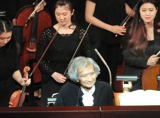 小澤征爾音楽塾のオペラ公演で、観客にあいさつする小澤征爾さん=15日午後、京都市