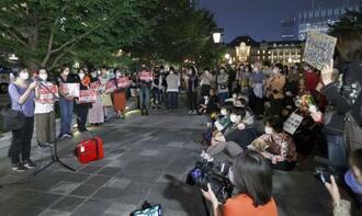 杉田水脈衆院議員の発言に抗議し、緊急開催された「フラワーデモ」=3日夜、東京都千代田区