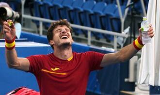 男子シングルス3位決定戦 ノバク・ジョコビッチに勝利しガッツポーズするパブロ・カレニョブスタ=有明テニスの森公園