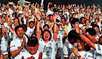 キングスの得点に歓声を上げるブースター=22日、東京・国立代々木競技場第一体育館