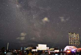 一斉ライトダウンで夜空に浮かんだ満天の星が来場者を魅了した=石垣市・南ぬ浜町緑地公園
