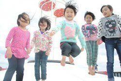 【5】大型トランポリンで遊ぶ子どもたち=大宜味村塩屋・結の浜公園