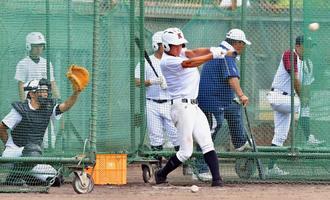 3回戦に向け、打撃練習に汗を流す嘉手納ナイン=津門中央公園球場