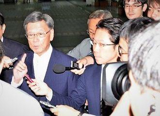 12日ぶりに登庁し、記者団の質問に答える翁長雄志知事(左)=16日、沖縄県庁