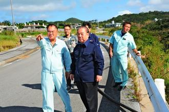 大田治雄町長(左)から台風の被害状況について説明を受ける安慶田光男副知事(中央)=日、久米島町(比嘉正明通信員撮影)