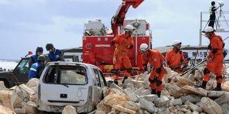 建物が倒壊したと想定し、救助訓練をする消防隊員や自衛官ら=6日午後、宮古島市の下崎埠頭