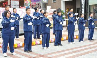 手話ソングを披露する真和志高校介護福祉コースの生徒ら=2014年11月、那覇市