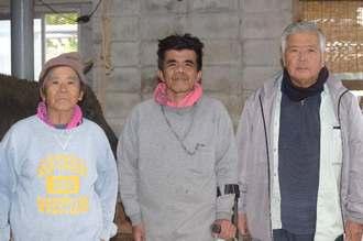 卓さん(中央)と父の栄景さん(左)、友人としてエールを送る古謝原光さん=6日、うるま市与那城屋慶名