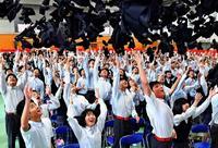 友と共に新たな一歩 沖縄の県立高校で卒業式 1万3702人が巣立ち