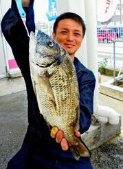 屋慶名海岸で44.2センチ、1.49キロのミナミクロダイを釣った玉城卓郎さん=12日