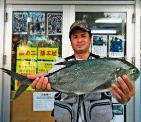 2・25キロのオニヒラアジを釣った田場充さん=22日