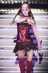 デビュー25周年記念ライブで歌う安室奈美恵さん。赤と黒が基調の衣装で「Mint」などロック調の歌を披露した=17日、宜野湾海浜公園特設会場
