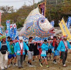 沖に浮かぶ岩礁「ナンザ」を目指す住民ら=22日、うるま市与那城平安座島
