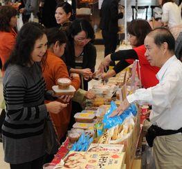 みそやお菓子などがブースに並び、大勢の買い物客が訪れた=13日午後0時半ごろ、那覇市久茂地のタイムスビル
