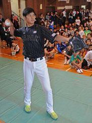 児童にキャッチボールを披露する大谷投手=20日午後1時ごろ、那覇市・小禄小学校