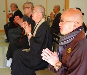 放射線量が高いため自らの寺院に戻れず、相馬市内の寺院の一角を借りて犠牲者に祈りを捧げる住職ら=11日午後2時46分、福島県相馬市