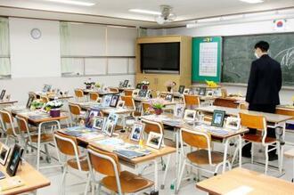 セウォル号沈没で犠牲となった高校生らの教室が再現されたソウル郊外・安山市の教育施設=15日(共同)