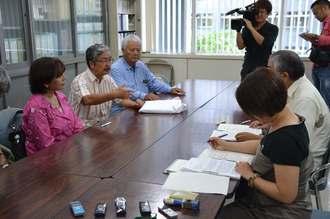 監査請求書の内容などについて説明する北上田毅さん(左側中央)ら=17日、県庁