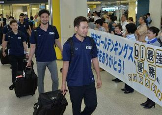 TKbjリーグで日本一になり、ファンに迎えられる琉球ゴールデンキングスの選手たち=16日午後、那覇空港