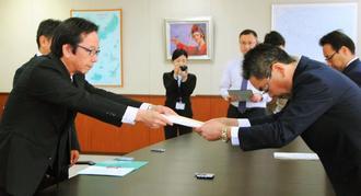 騒音の軽減を要請する當山宏嘉手納町長(左)=15日、沖縄防衛局