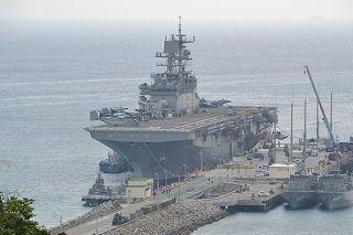 オスプレイやハリアーなどを搭載して接岸した強襲揚陸艦ボノム・リシャール=うるま市勝連平敷屋、2014年2月