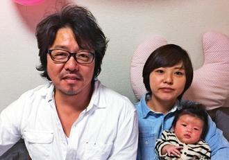 「島の美よう室」を開業した福田隆俊さん(左)と長女の岡夏子さん、孫のことはちゃん
