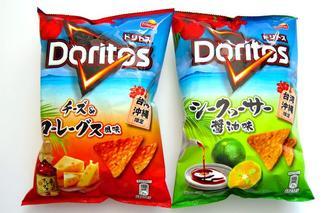 沖縄ファミリーマートが発売したスナック菓子「ドリトス」のシークヮーサー醤油味(右)とチーズ&コーレーグース味(沖縄ファミリーマート提供)