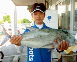 阿嘉島で74.5センチ、4.53キロのカスミアジを釣った湧川芳郎さん=7日