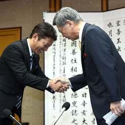 翁長雄志知事(右)と握手を交わす松本哲治浦添市長=20日午後、県庁
