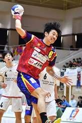 琉球コラソン-トヨタ自動車東日本 後半、19点目のシュートを決めるコラソンの赤塚孝治=豊見城市民体育館(下地広也撮影)