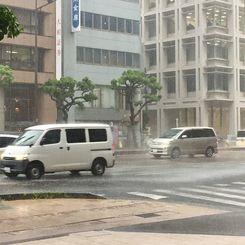 激しい雨が降る那覇市内。沖縄県内各地に大雨警報が発令された=14日午後5時過ぎ