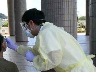 県立中部病院が実施した無料のPCR検査=12日、北谷町役場玄関前