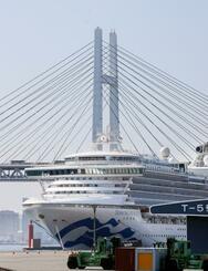 横浜港に停泊するクルーズ船「ダイヤモンド・プリンセス」=24日午後1時38分