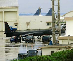 旧海軍駐機場の格納庫に入るU2偵察機=嘉手納基地、5月31日午後3時12分