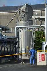 爆発して上部のふたが壊れているアスファルト貯蔵タンク=6日午後5時ごろ、沖縄市海邦町・昭和瀝青工業沖縄中城工場