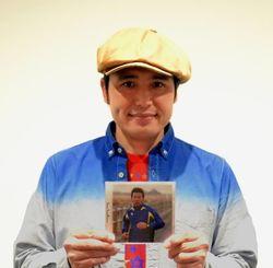 CDをPRする川畑アキラ=那覇市・沖縄タイムス社