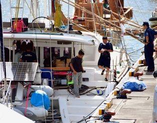 覚醒剤が見つかったヨットを調べる海保の捜査員ら=20日午後3時15分ごろ、那覇港那覇ふ頭